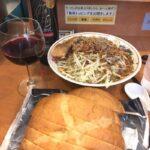 【悲報】二郎系ラーメン屋にワインとフランスパンを持ち込む奴が現れるw